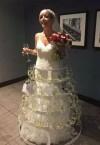 Невеста произвела фурор на свадьбе платьем с бокалами шампанского